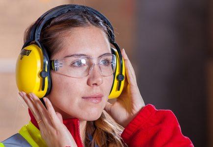 Chraňte si sluch a zrak i v zahradě